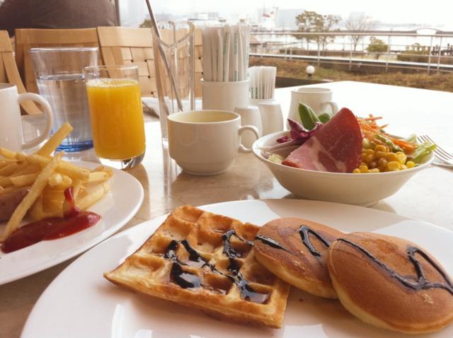 琵琶湖ホテル 朝食バイキングも琵琶湖を見ながら。シェフが目の前で焼いてくれるオムレツやできたてのワッフル、パンケーキが美味。