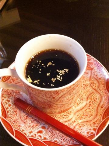 加賀屋 ロビーでいただいたコーヒー。華やかなカップに、金箔をうかべて、加賀らしさを楽しめます。