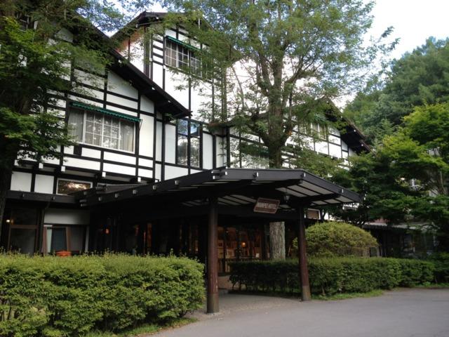 万平ホテル 外観です。夏の軽井沢、樹木の息づかいが感じられます。