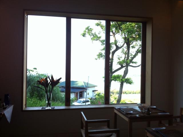 海坐 kaiza ダイニングにある大きな窓からは海が見えます。窓を開けると、風がとおり、テラス席のように気持ちいい!