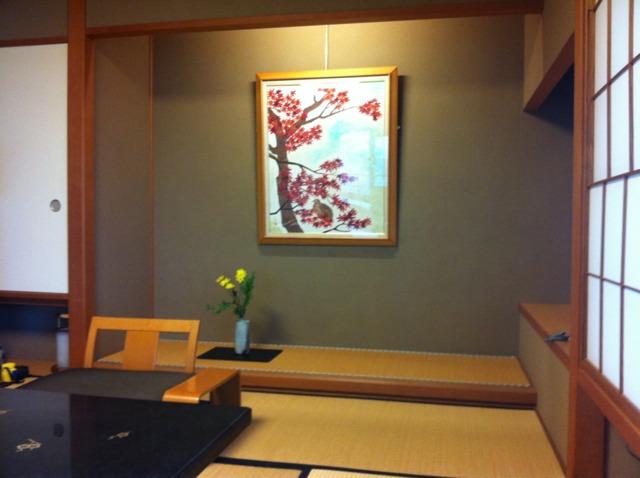 加賀屋 客室にはその部屋の名前(私たちの部屋は紅葉でした)にちなんだ絵と生花がありました。