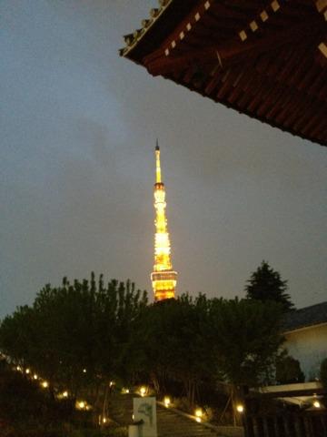 ザ・プリンス パークタワー東京 敷地内、浜松町駅がわの出口にある、台徳院霊廟惣門から臨む東京タワー。増上寺の並びでした。