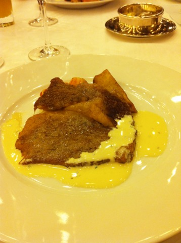 富士屋ホテル 夕食コースの肉料理。牛サーロインステーキ シブレットクリームソース添え。見た目以上に美味しかった!