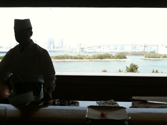 ヒルトン東京お台場 10席だけの天麩羅吉野は、カウンター越しに絵画のように東京湾とレインボーブリッジが見え、ゆったり食事ができます。おすすめ。