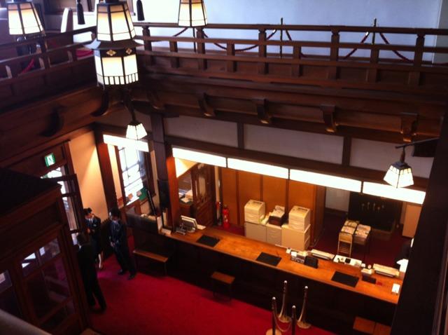 奈良ホテル 階段の上から見たフロントです。