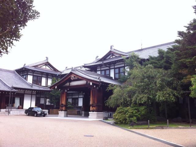奈良ホテル 歴史が感じられる和風な外観。奈良公園のすぐ近くなのでホテルのお庭には鹿がいました。