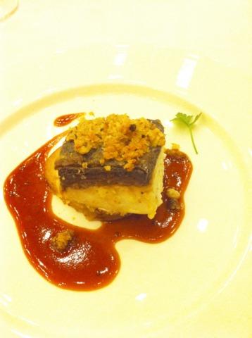 富士屋ホテル 夕食コースの魚料理。鮮魚の四種の胡椒入りパン粉焼き シェリービネガー風味のマスタードソース じゃがいものコンフィ添え。