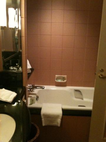 ウェスティンホテル東京 バスルーム。快適ですが、私が泊まった部屋のバスルームはちょっと手狭でした。シャワーブースが別にあります。