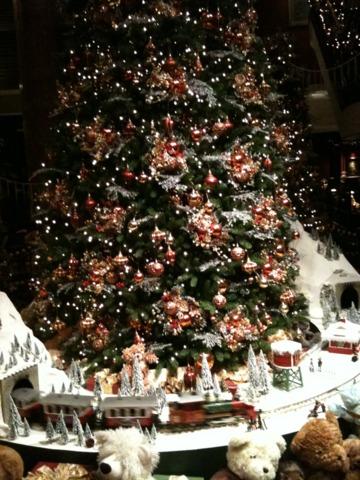 ウェスティンホテル東京 ロビーには、クリスマスツリー。テディベアが可愛い。