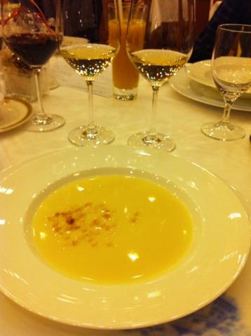 富士屋ホテル 夕食コースのスープ。コンソメかポタージュが選択できました。私はポタージュに。