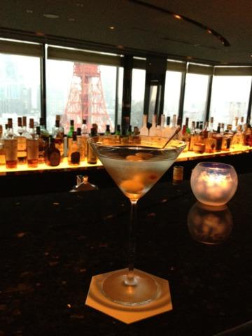 ザ・プリンス パークタワー東京 33階ラウンジバー ステラガーデンからは東京タワーが目の前に臨めます。カウンターから一段下がった窓際のカップル席なら、迫力の東京タワーの夜景を存分に楽しめますよ。