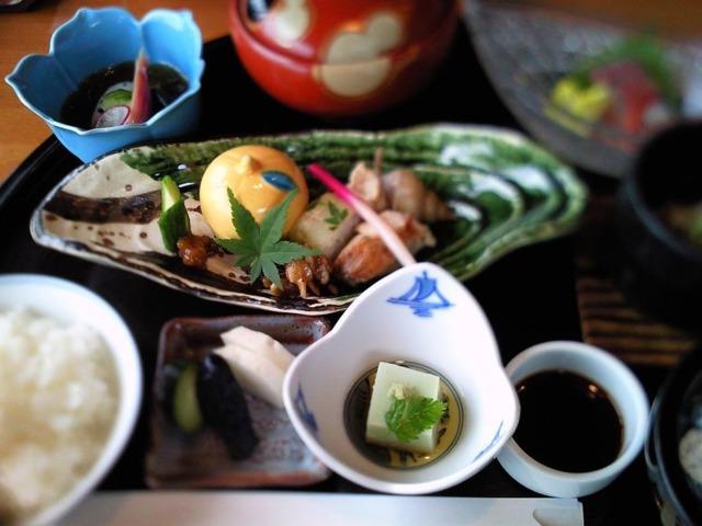 金沢東急ホテル 金茶寮 香林坊店がホテル内にあります。料亭の加賀料理が手軽にお安く頂けます。朝食ブッフェもやってます。写真はランチのコース。