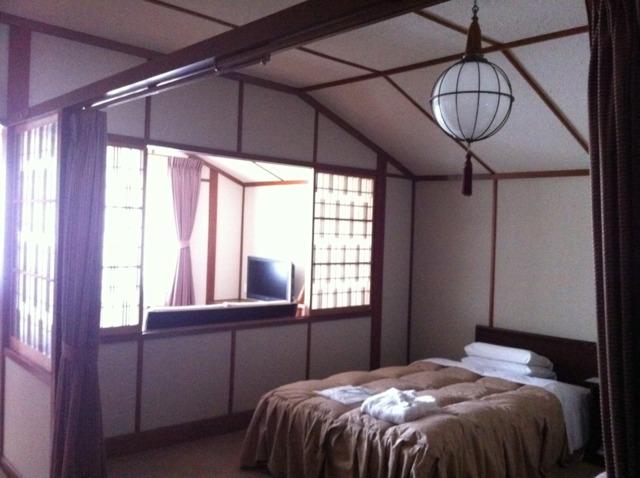 万平ホテル 昭和11年築の本館のお部屋を見せてもらいました。吉永小百合さんのCMでも使われたそうで、ポスターがありました。