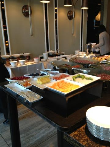 シャングリ・ラ ホテル 東京 シャングリラ イタリアンレストラン ピャチェーレの朝食ブッフェコーナー。こぢんまりしていますが、デニッシュやフルーツなどが充実していました。