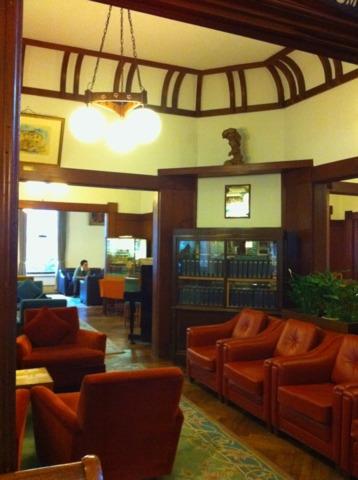 富士屋ホテル ロビー。素敵な調度品がずらりと。よーくみないと気づかないようなところまで、こだわりが感じられました。