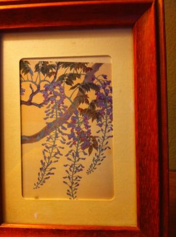 富士屋ホテル 部屋には花の名前がついていて、部屋の中には花の絵やポストカードが。