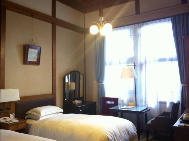 奈良ホテル 部屋は本館のスタンダードなタイプを選択。あまり広くはありませんでしたが、高い天井と長年の歴史を感じる調度品に囲まれて優雅な気分に。ベッドはシモンズ製とのことで、快適でした。