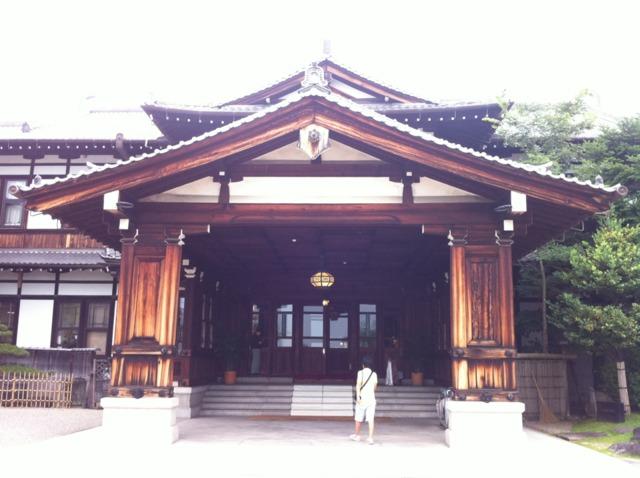 奈良ホテル 大きな玄関は和風で存在感がありました。